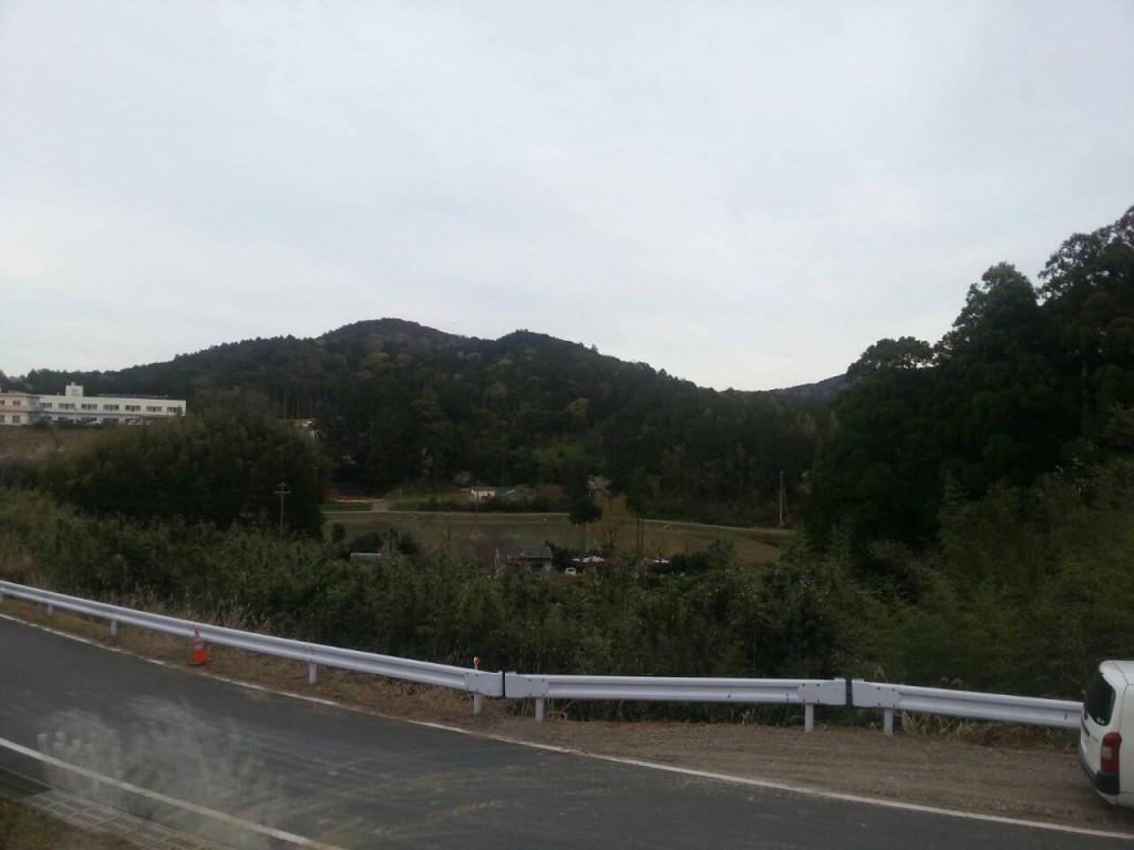 里山を見下ろす家