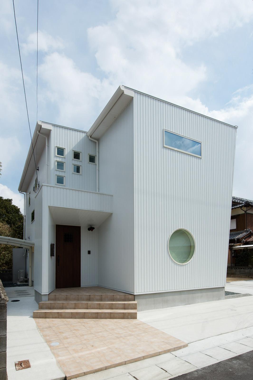 丸い窓の家